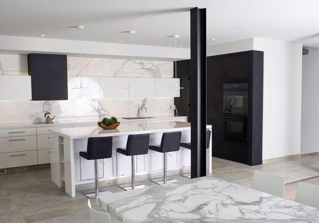 Divertida y pr ctica as es la cocina moderna cocinas for Cocina blanca encimera negra
