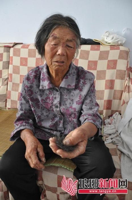 Thiếu nữ 16 tuổi giật tóc, giẫm đạp bà nội ngay giữa đường