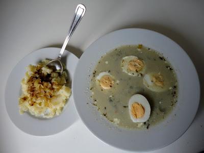 Zupa szczawiowa z ziemniakami okraszonymi smażoną cebulką