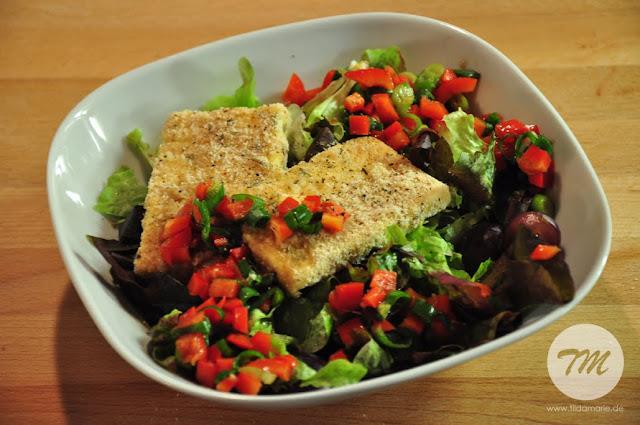 Salat mit paniertem Schafskäse