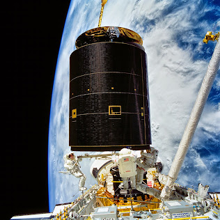 INTELSAT VI SATELLITE MOVES INTO ENDEAVOUR'S CARGO BAY