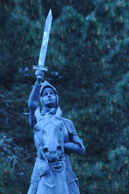 Santa Joana d'Arco: estátua equestre na Califórnia