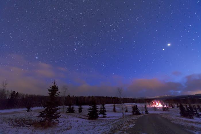 Bầu trời mùa đông với chòm sao Orion (Thợ săn) và sao Sirius ở bên trái. Tác giả : Alan Dyer.