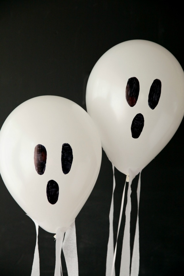 These DIY ghost balloons look like they are flying through the air! || Design Improvised blog