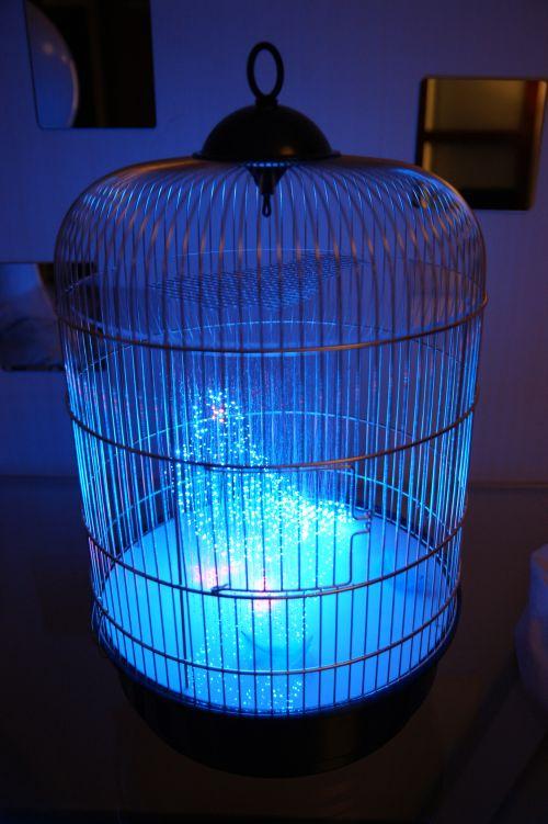 makoto tojiki esculturas de luz homem azul cavalo vermelho pássaro gaiola
