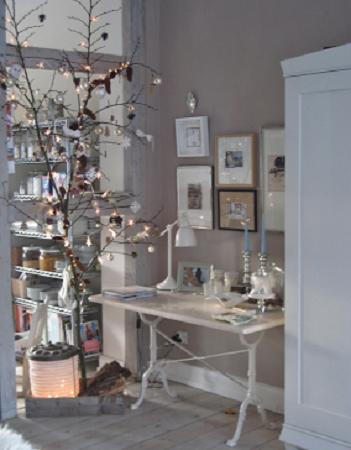 rbol de navidad con ramas al natural decorado con algodn bolas rojas y luces