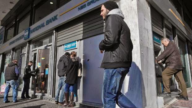Όλο και περισσότεροι Έλληνες αποσύρουν από τις τράπεζες τα χρήματά τους