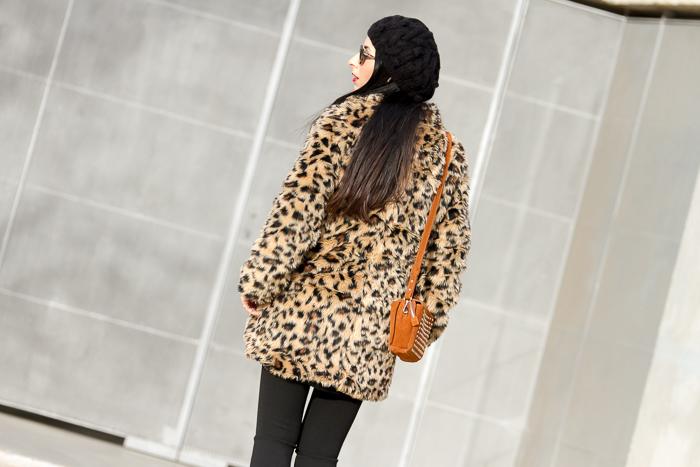 Look abrigado con abrigo estampado animal de pelo y leggins de Zara