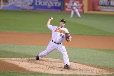 Pitcher lanzando la pelota desde el monticulo del lanzador