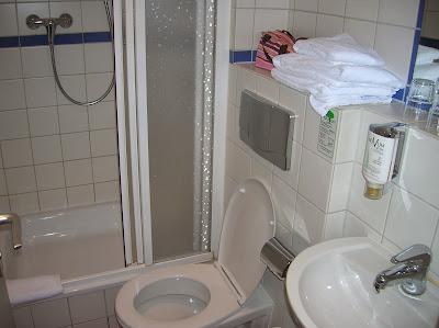 Baño del hotel Aldea Novum,  Berlin, Alemania, round the world, La vuelta al mundo de Asun y Ricardo, mundoporlibre.com
