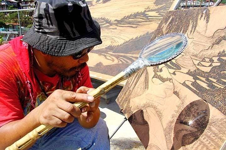 Pelukis dengan kaca pembesar