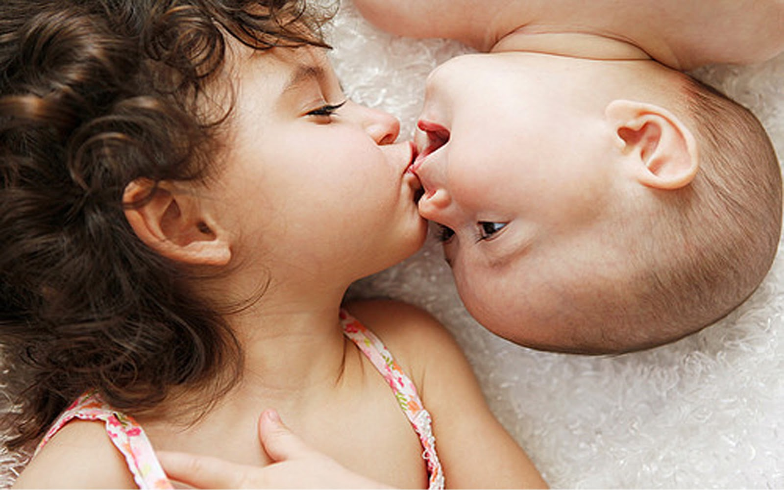Baby Couple Kissing HD Wallpaper
