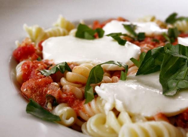 Pasta con tomate, queso y albahaca