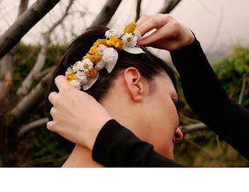 Corona de flores moradas y blancas