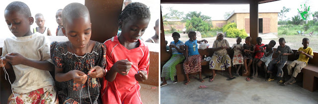 I bambini della Missione in Africa preparano i rosari per un battesimo