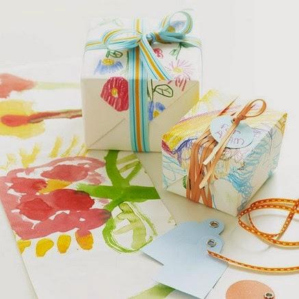 Envolver regalos con dibujos de niños