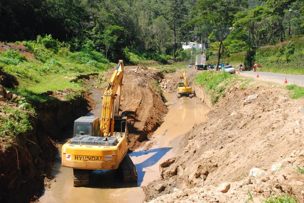 Escavadeiras hidráulicas e rompedores auxiliam homens do Inea no alargamento das margens do Rio Imbuí