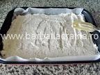 Prajitura Deliciu cu crema si biscuiti Preparare reteta blat din nuca - nivelam compozitia