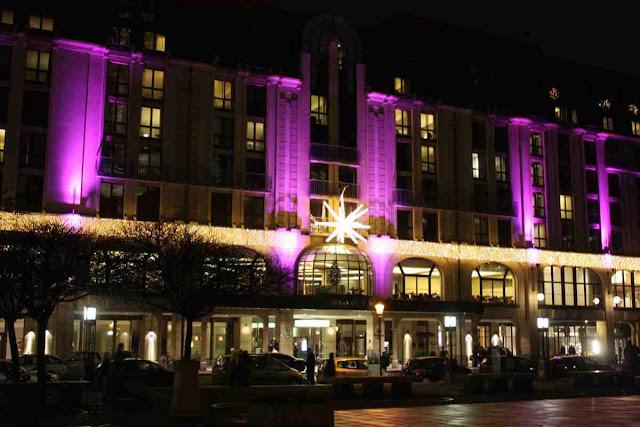 Das Hilton Hotel am Gendarmenmarkt in Berlin zur Adventszeit © Copyright Monika Fuchs, TravelWorldOnline