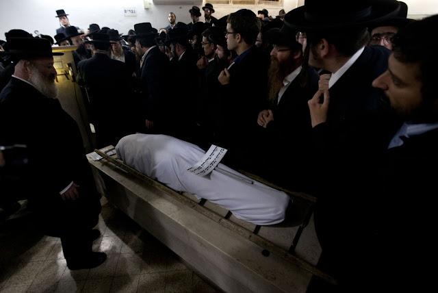 Begrafenis van Mirah Sharf, gedood in het hierboven getoonde appartement.