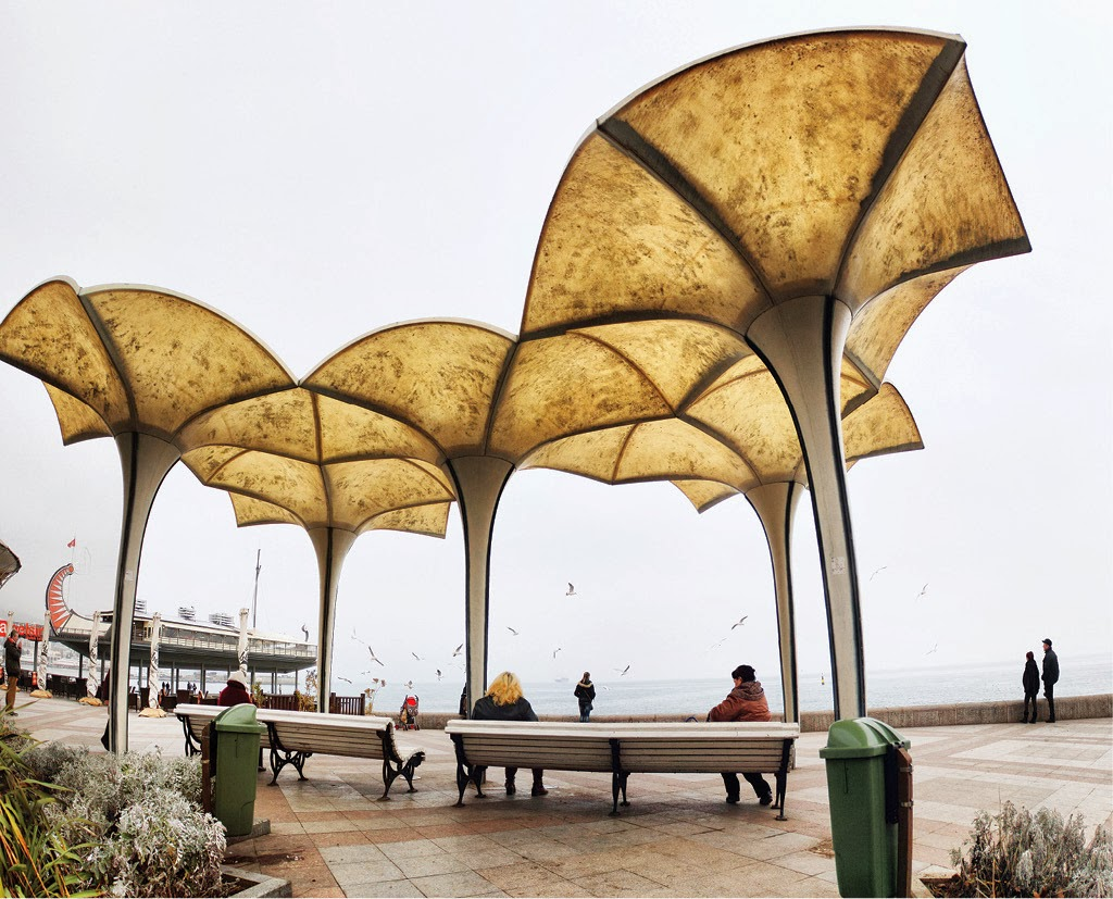 Зонтики - навес на набережной Ялты
