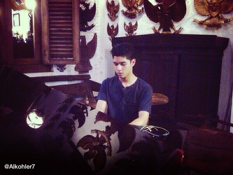 Foto Ganteng Al Ghazali Kohler bermain piano