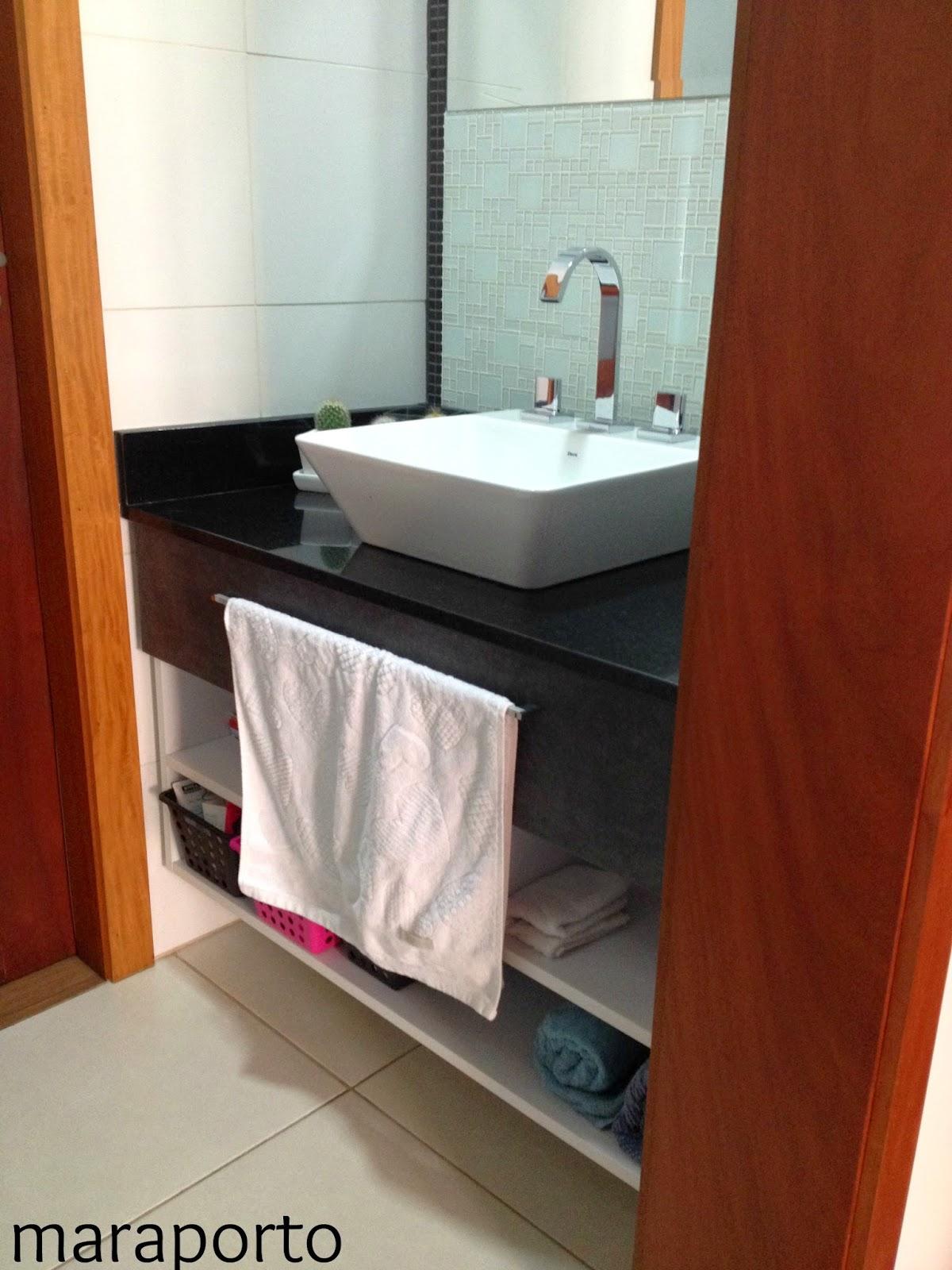 bancada é de granito preto com a pia sobreposta é uma bancada bem  #672714 1200x1600 Bancada Banheiro De Vidro
