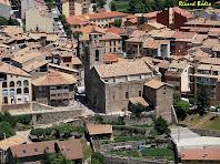 L'església de Sant Esteve de Bagà des del planell en que encenen les torxes de la festa de la Fia-Faia. Autor: Ricard Badia