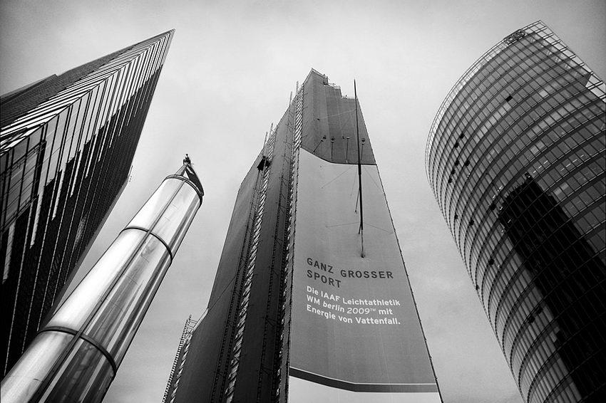 Conjunto de edifícios modernos vistos de baixo com a perspectiva muito acentuada. Foto a preto e branco