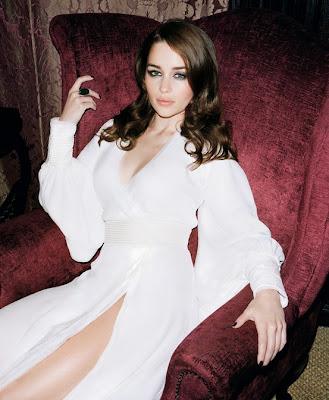 Emilia Clarke senada en un sofá - Juego de Tronos en los siete reinos