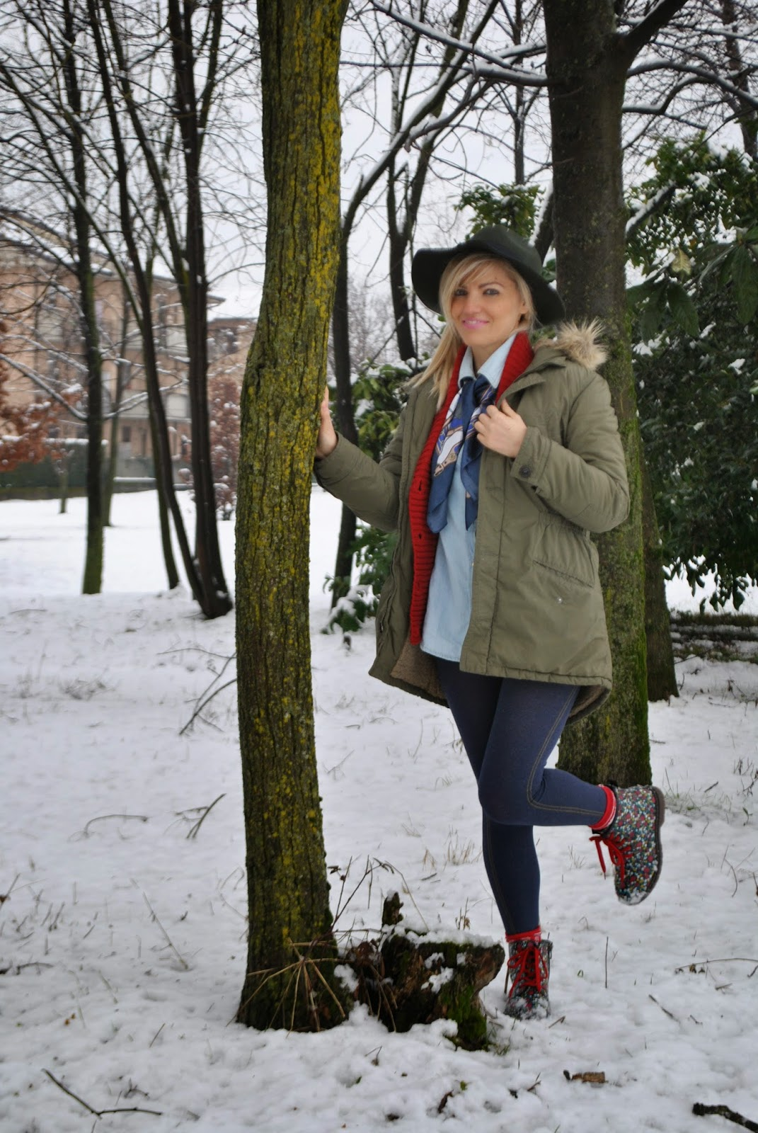 outfit parka benetton verde militare cappello fedora verde outfit skinny jeans outfit camicia denim outfit cardigan rosso outfit jeans outfit rosso outfit verde militare outfit neve outfit invernali outfit febbraio 2015 abbinamenti parka abbinamenti verde militare abbinamenti rosso abbinamenti camicia denim mariafelicia magno colorblock by felym fashion blog italiani mariafelicia magno fashion blogger winter outfits outfit under the snow outfit parka how to wear parka outfit denim shirt how to wear denim shirt how to wear fedora hat red cardigan outfit  fashion bloggers italy blonde girl blondie ragazze bionde occhi blu blue eyes  orologio daniel wellington daniel wellington watch