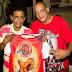 Sambistas do Cacique de Ramos recebem camiseta da Estácio de Sá campeã Série A 2015