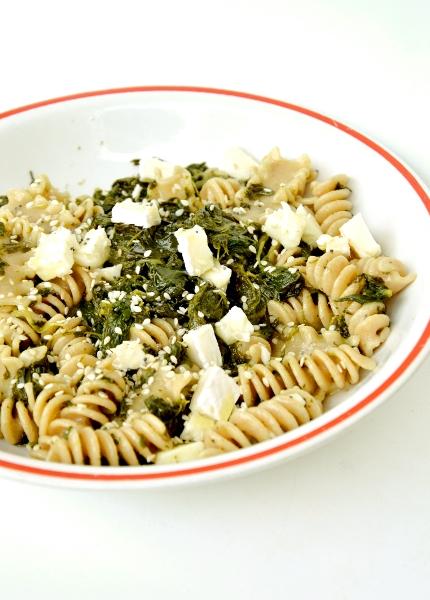 pastasciutta agli spinaci, brie e semi di sesamo