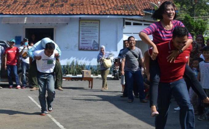 Cerita Bahasa Jawa Lucu, Kisah Istri Budeg