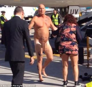Homem bêbado entra todo nú no avião e apanha da mulher