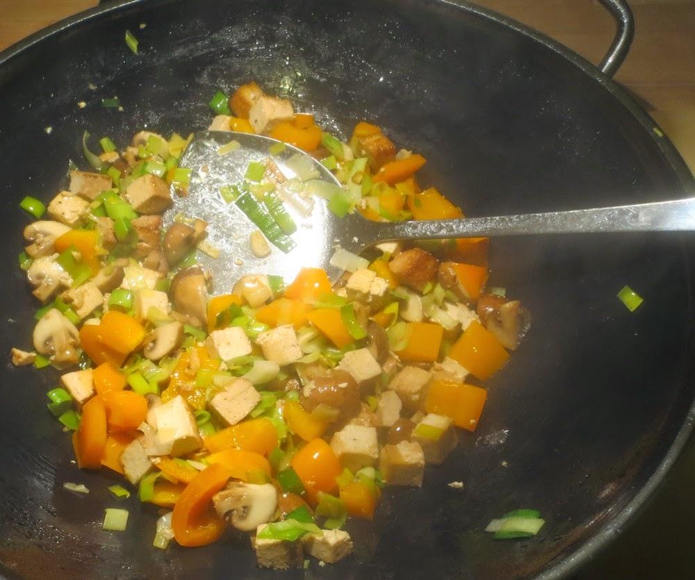 Paprika-Champignons-Räuchertofu-Pfanne