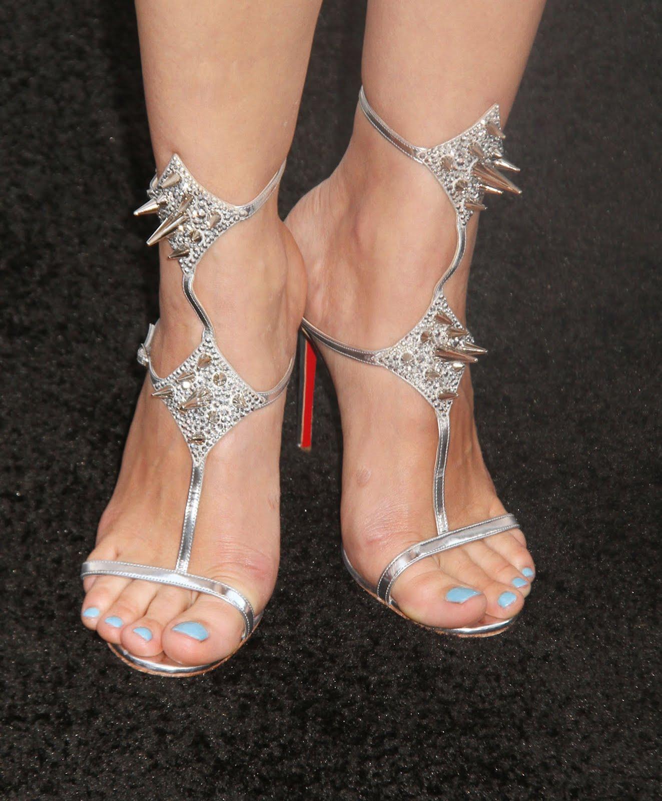 http://4.bp.blogspot.com/-7_Xi9VOdB1E/UBarkzVU_0I/AAAAAAAAAOk/d1HpUgubWO0/s1600/Marion_Cotillard_Feet_001.jpg