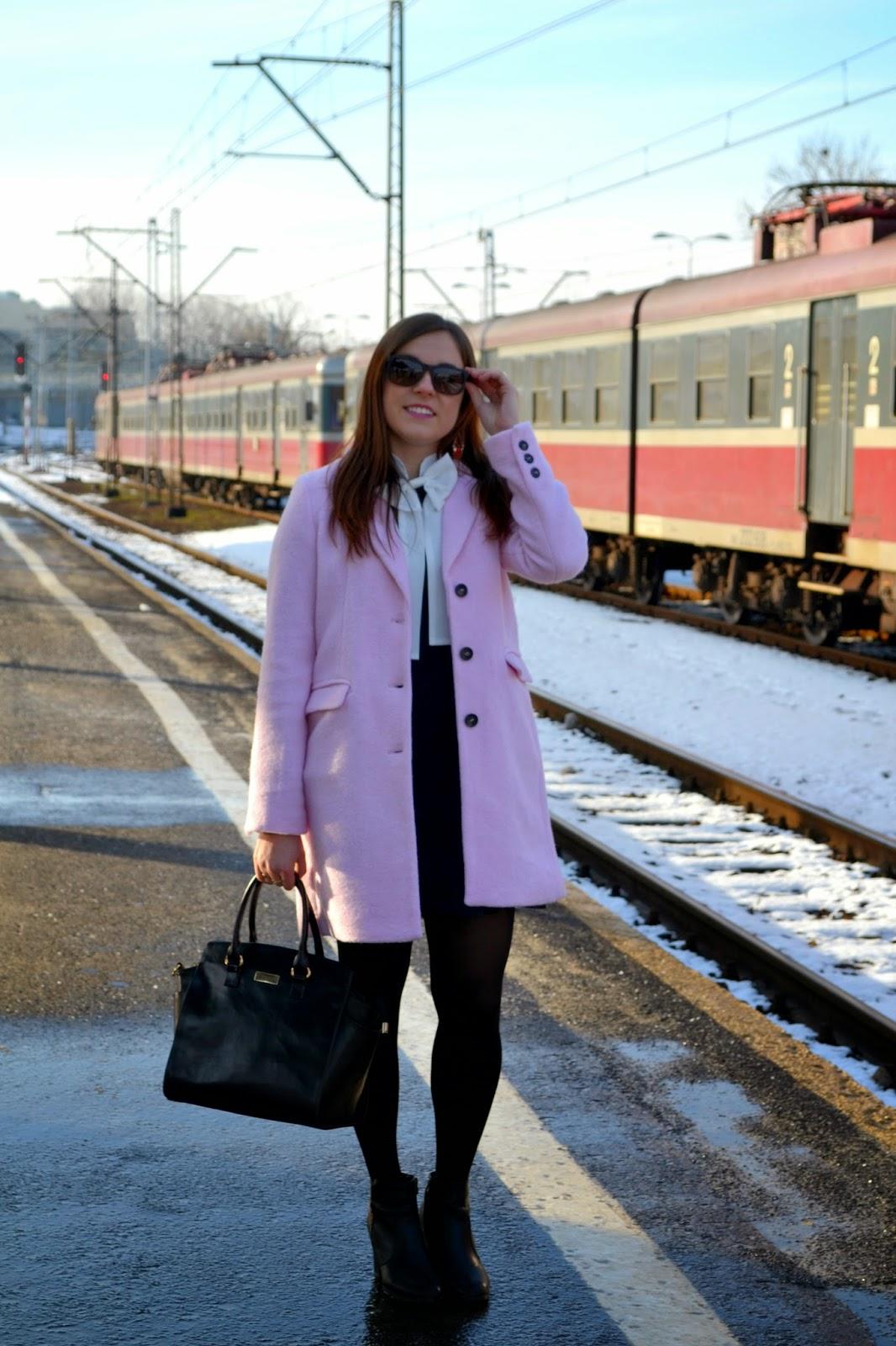 pastelowy płaszcz, pastele zimą, różowy płaszczyk, pudrowy roz, sukienka z kokardą, biała kokarda