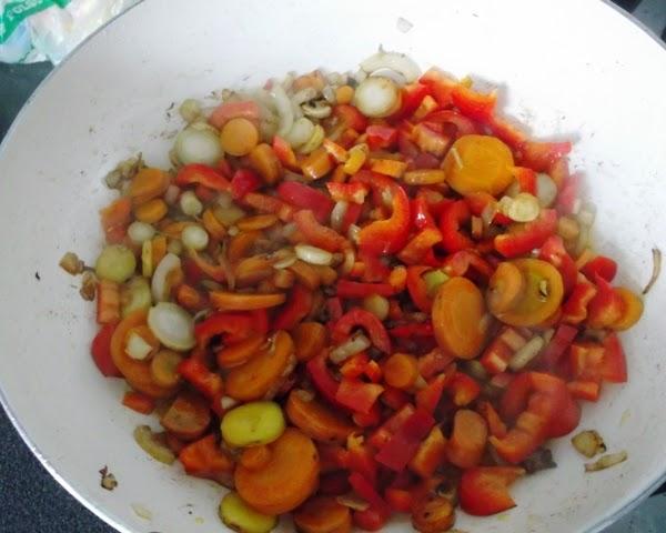 królik pieczony duszony z marchewką papryką pietruszką