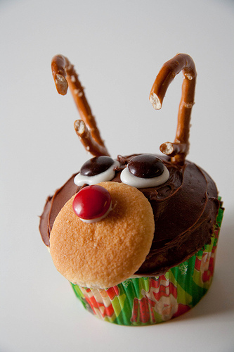 http://cupcakestakethecake.blogspot.de/2010/12/pretzel-antlers-and-cookie-nose.html