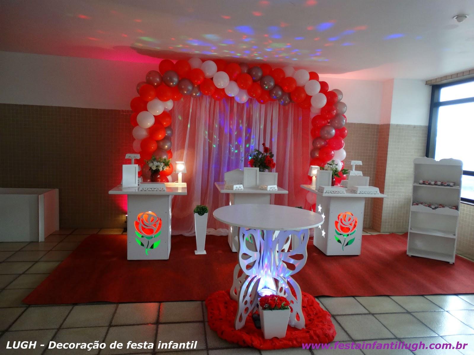 Decoração provençal simples com mesas de painéis de rosas para festa de aniniversário infantil de meninas