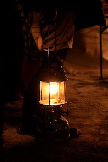 Les marchands berlinois prennent leur lampes à pétroles