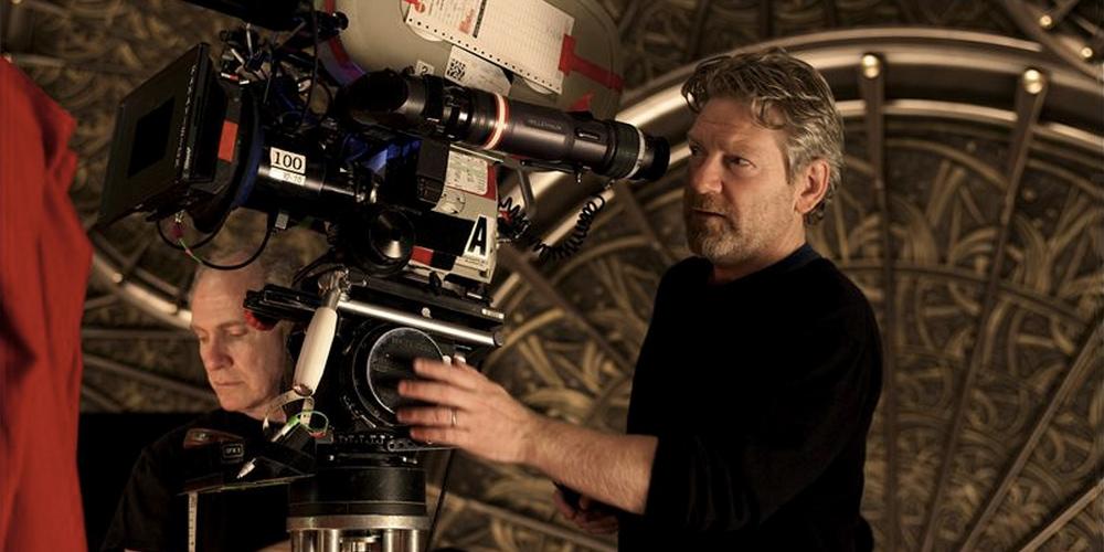 kenneth branagh como diretor de cinema operando uma câmera cinematográfica no set do filme Thor (2010)