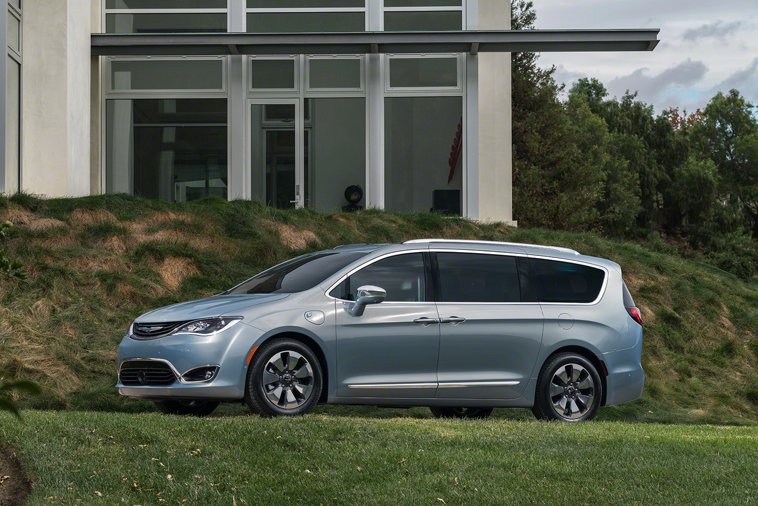 chrysler says goodbye to town country and welcomes 2017 pacifica. Black Bedroom Furniture Sets. Home Design Ideas