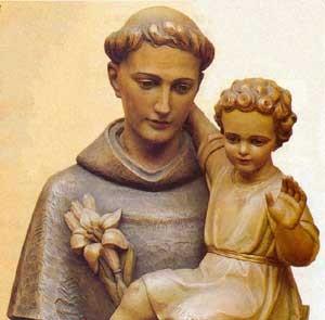 San Antonio de Padua sostiene an brazos al niño Jesús