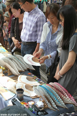 Comprando abanicos en el mercado Free Market