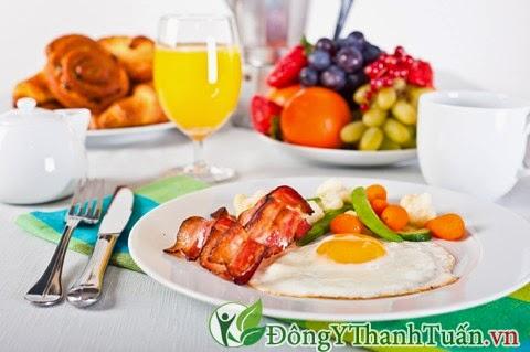 Chia thành nhiều bữa ăn nhỏ để  giảm trào ngược dạ dày gây hôi miệng