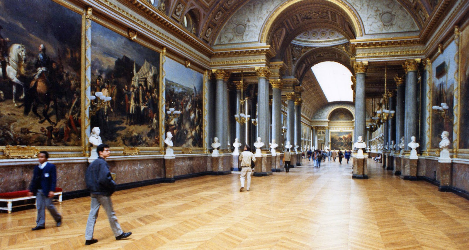 World visits louvre museum central landmark of france and for Le louvre interieur