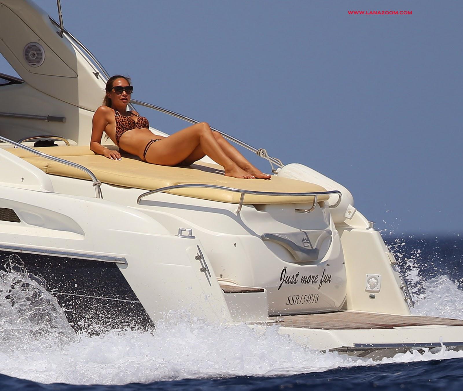 ميلاني كلاس بالبكيني على متن قارب في إيبيزا