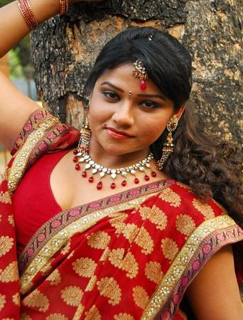 Hot Desi Aunty Cleavages In Red Hot Saree